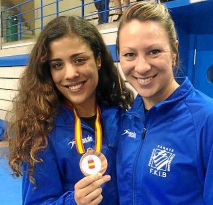 Maite Villacorta, a la izquierda, muestra sonriente su medalla de bronce de categoría sénior junto a Irene Colomar, entrenadora del Samyd.