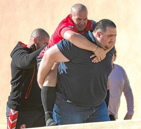 Tras lesionarse, Diego Fernández tuvo que ser trasladado al hospital directamente desde el campo de Can Misses. El exyudoca Víctor Canseco, que está entrenando con el Ibiza Club de Rugby y ya había tanteado otro deporte como el balonmano en 2015, le ayudó a salir del terreno de juego.