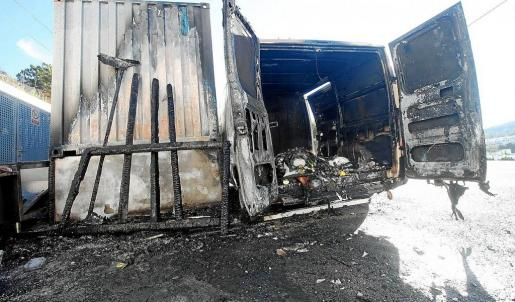 El incendio afectó a una furgoneta y al porche en el que había material del restaurante.
