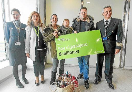 Mari Carmen García, junto a su familia, fueron los pasajeros ocho millones el pasado mes de diciembre.