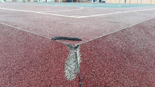 Las pistas polideportivas tienen grietas y agujeros