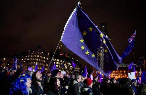 Manifestantes en contra del brexit se concentran ante el Parlamento en Londres.