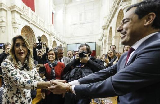 El líder del PP-A, Juanma Moreno, es felicitado por la hasta ahora presidenta del Ejecutivo andaluz, Susana Díaz, tras ser investido presidente de la Junta de Andalucía.