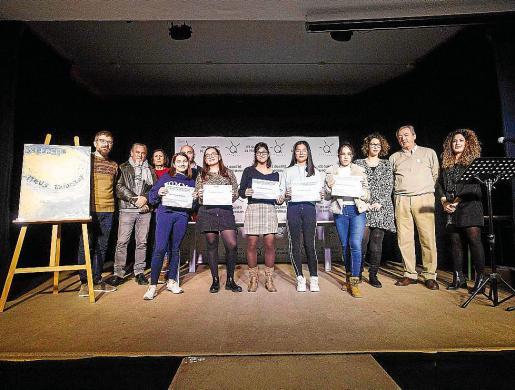 Foto con los ganadores y segundos clasificados de este año en el Neus Balanzat de Narrativa.
