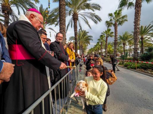 Decenas de personas pasaron para recibir la bendición del obispo de Ibiza y Formentera, Vicente Juan Segura, en el Passeig de ses Fonts.