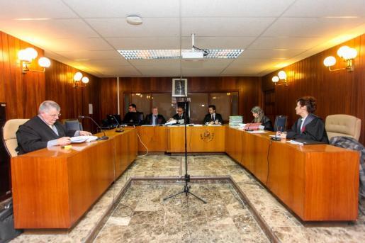 El tribunal escuchó las peticiones del Ministerio Fiscal y de las partes ante la ausencia del acusado.