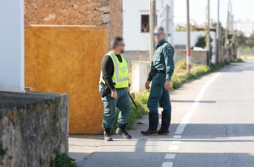 Agentes de la Guardia Civil ayer durante las inspecciones en torrentes, pozos y balsas de Sant Antoni.