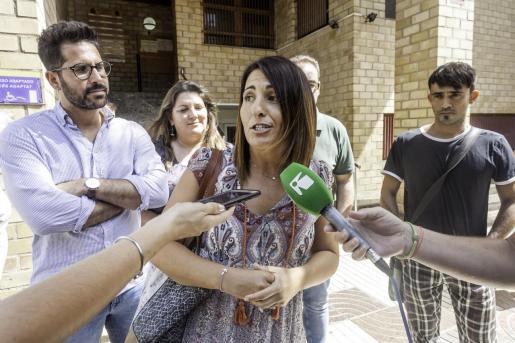 Imagen de archivo de Aída Alcaraz atendiendo a los medios frente a los juzgados de Ibiza.