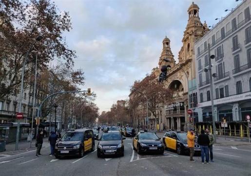 Los taxistas de Barcelona mantienen el paro y el bloqueo de la Gran Via.
