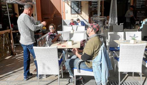 La plaza del Parque es uno de los pocos focos de actividad hostelera en el entorno del casco histórico de Vila.