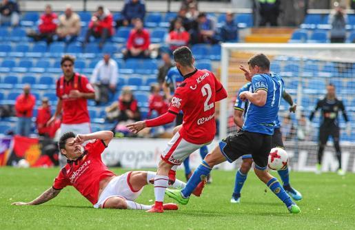 Faourlín se lanza al suelo para cortar el balón en un partido entre el Mallorca y el Hércules.
