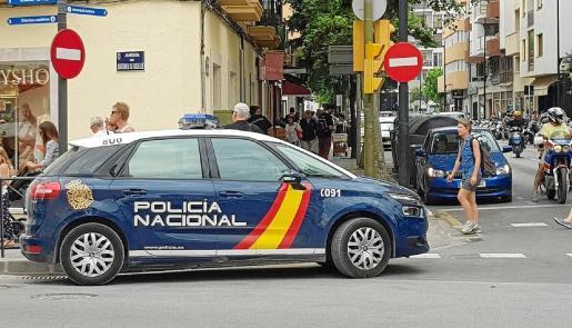 Imagen de archivo de un vehículo de la Policía Nacional en las calles de la ciudad de Ibiza.