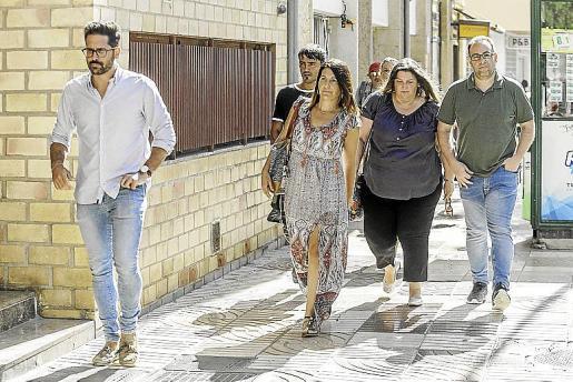 Imagen de la llegada de Aída Alcaraz al juzgado el año pasado, acompañada de varios miembros de la equipo de gobierno del Ayuntamiento de Sant Antoni de Portmany.