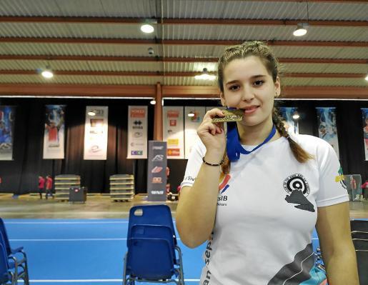 Natalia García posa con la medalla de bronce conseguida en la prueba de la Copa del Mundo de Nimes.