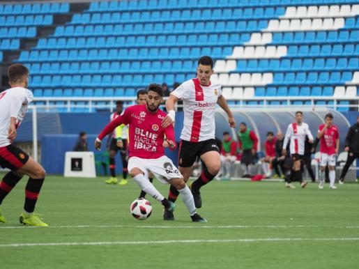 Terán se prepara el balón antes de disparar a portería en la acción que suspuso el 2-0