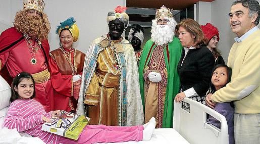 Melchor, Gaspar y Baltasar repartieron regalos a cerca de 60 niños y niñas durante su visita al hospital de Son Espases.