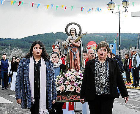 Un centenar de personas desafiaron ayer al mal tiempo y al frío para disfrutar con el día grande de Santa Agnès.