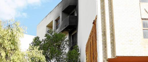 Las llamas se extendieron por la fachada lateral de la sede judicial localizada en el número 4 de Isidor Macabich.