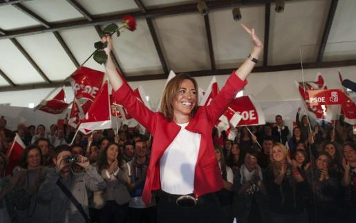 La exministra Carme Chacón saluda durante el acto presentación de su candidatura a la secretaría general del PSOE en Olula del Río, el pueblo natal de su padre.