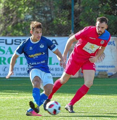 Diego Díaz, delantero del San Rafael, pasa la pelota en una acción del partido contra el Alcúdia, celebrado a principios de mes.