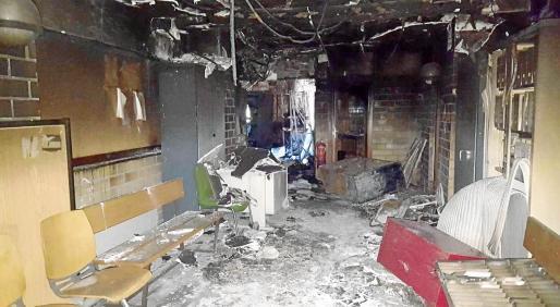 La imagen muestra el estado de siniestro total en el que quedó una de las estancias afectadas por el incendio que provocó la caída de los techos y daños irreparables en el mobiliario.