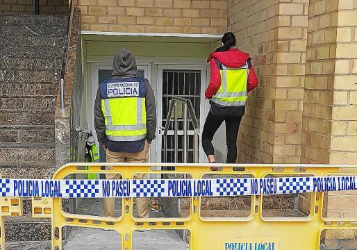 Los investigadores inspeccionaron ayer nuevamente el inmueble e investigan el hallazgo de una escalera extensible en un tejado situado en el parquin y a escasos metros del juzgado.