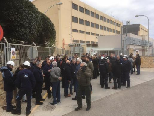 Los trabajadores de Endesa se concentran contra los recortes.