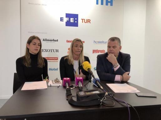 De izquierda a derecha: Ana Gordillo, María Frontera, y Luis Casals, este jueves en Fitur 2019.