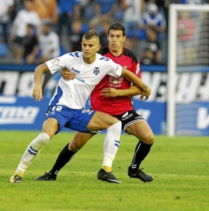 Unai Albizua pelea con Samuele Longo durante un partido entre el Tenerife y la Cultural Leonesa.