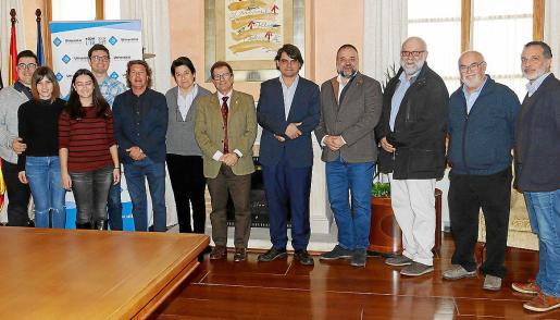 Joan Antoni Fluxà, de Lotusse; Pere Pascual, de Inversions Pascual y Viva Hotels, y el alcalde de Santa Eugènia, Francesc Matorell, posan junto a los investigadores del CINUIB y responsables de la UIB.