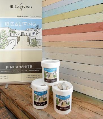 La pintura ecológica de cal White Finca es transpirable y regula la humedad de las paredes, entre otras características.