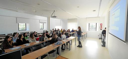 Tras la charla informativa general, los estudiantes se dividieron por estudios según su interés.