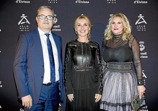 Torres y Díaz con Cayetana Guillén Cuervo, madrina de Adlib Moda Ibiza.