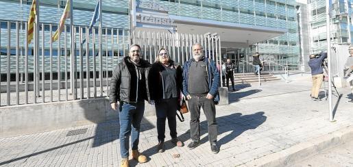 Jaume Cañellas, Joana Ribas y Antoni Romero, de las autoescuelas de las Islas, ante la Jefatura Provincial de Tráfico,