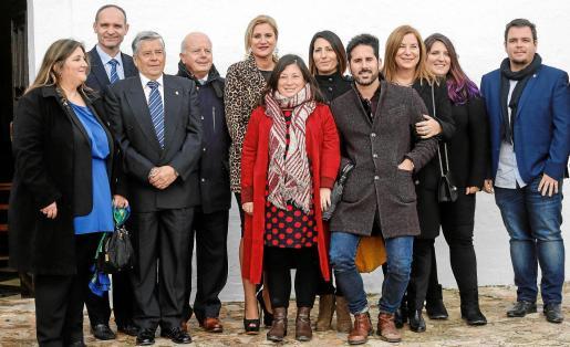 Cristina Ribas, a la izquierda, posa con sus compañeros de equipo de gobierno y otros cargos del PSOE el pasado lunes en Santa Agnès, horas después de haber anunciado su baja en el PI.