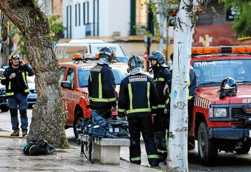 Los 14 bomberos que participaron en el punto del incendio se organizaron en relevos para entrar a combatir las llamas.
