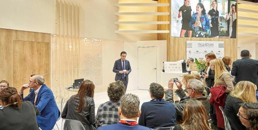 Abel Matutes Prats, vicepresidente ejecutivo y director general de Negocio Hotelero de Palladium Hotel Group, en el estand de Fitur durante una de las presentaciones.