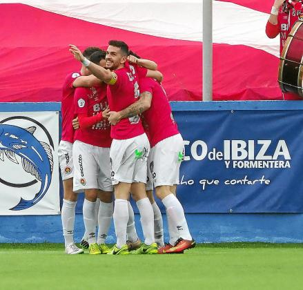 Los jugadores del CD Ibiza celebran uno de los goles marcados al Mallorca B.