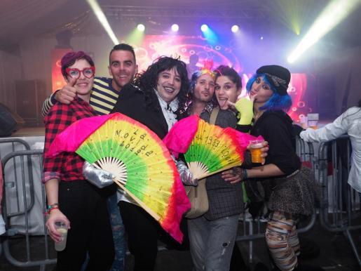 Los asistentes disfrutaron con la fiesta organizada en la carpa municipal.