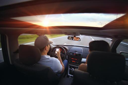 Además de castigar con dureza el uso del teléfono móvil en los coches, Tráfico también ha restringido la velocidad de circulación.