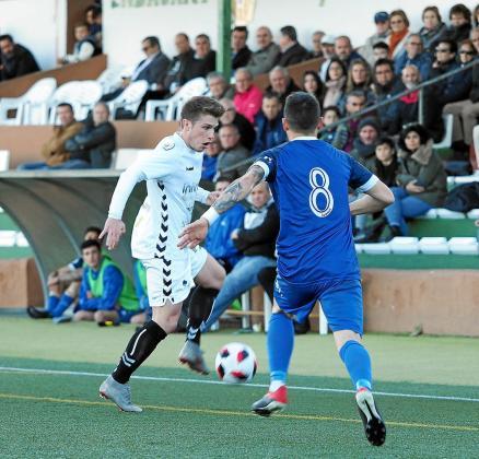 El centrocampista Cristeto controla el balón mientras sufre la presión de Zurdo.