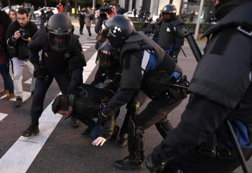 Agentes de la Policía Nacional proceden a desalojar a los taxistas que permanecen acampados desde ayer domingo en el Paseo de la Castellana de Madrid y que cumplen este lunes su primera semana de huelga, en su protesta por la regulación de los vehículos de transporte con conductor (VTC).