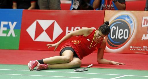 Carolina Marín se duele en el suelo tras caer lesionada.