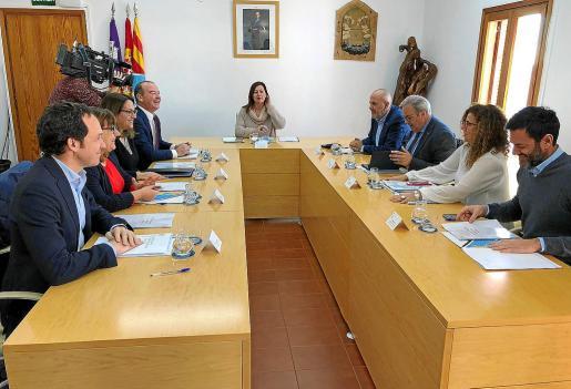 Los presidentes insulares y varios consellers del Govern, ayer en Formentera antes de empezar la reunión.