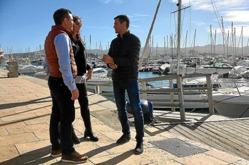 Miguel Jerez, Sara Ramón y Marcos Serra en el puerto de Sant Antoni antes de hablar con los medios.