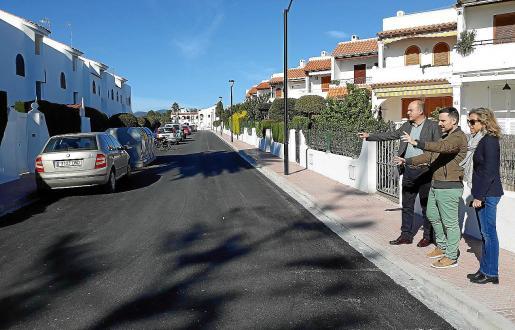 El alcalde de Santa Eulària, Vicent Torres, la primera teniente de alcalde, Carmen Ferrer, y el concejal de Urbanisme, Mariano Juan, visitaron ayer las obras de mejora que se han llevado a cabo en la zona de Cala Martina.