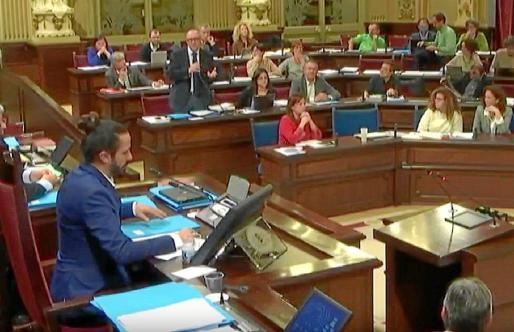 Momento en el que el portavoz del grupo socialista, Andreu Alcover, solicitó el aplazamiento del debate.