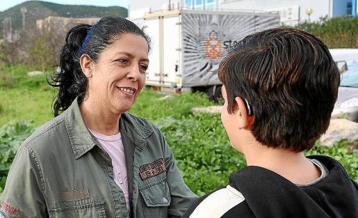 Lola junto a su hijo, que está siendo tratado en Menorca.