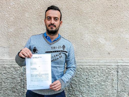 Francisco López con la denuncia que puso en 2017.
