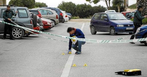 Un agente de la Guardia Civil señaliza varios puntos en el escenario del ataque que acabó con la vida del joven de 31 años.